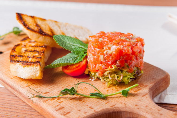 Salmon tartare with tomatoes