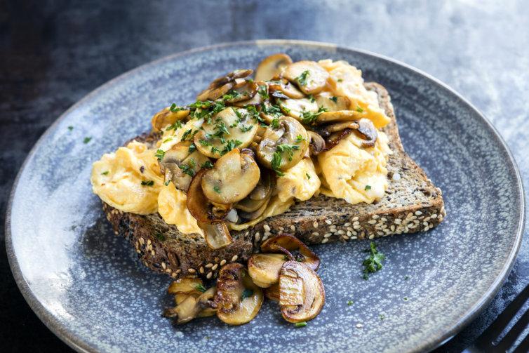 Œufs brouillés et champignons persillés sur toast