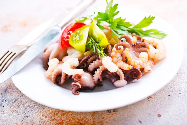 Salade de calamars et de crevettes roses et grises