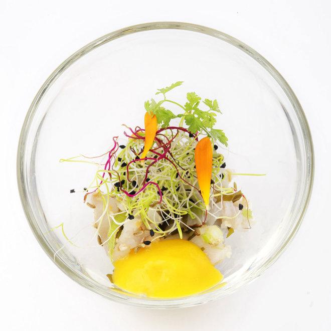 Ceviche de dorade aux algues de Bre - Tagne, Croquant de Cèleri et de Fe - Nouil, Coulis de Mangue Fraîche